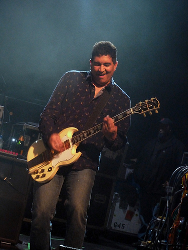 Pat Smear playing guitar February 19, 2013 (Photo by Lee Byway, Flickr)